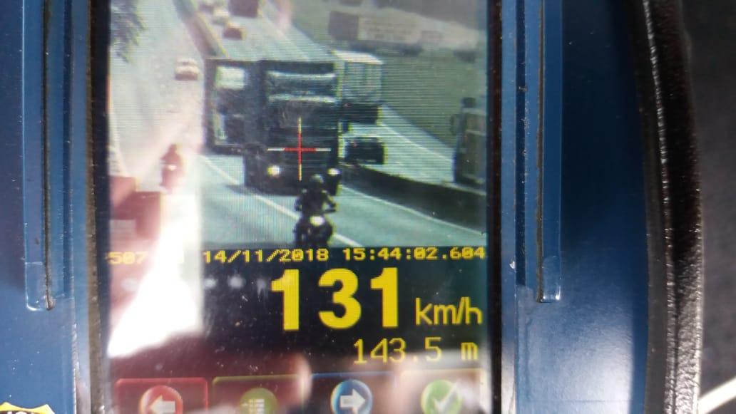 Carreta com 20 toneladas é flagrada em alta velocidade na Dutra em BM