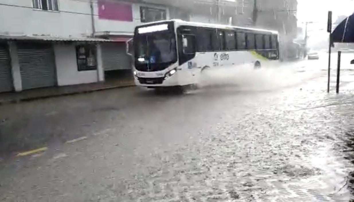 Ventania e forte chuva atingem Volta Redonda