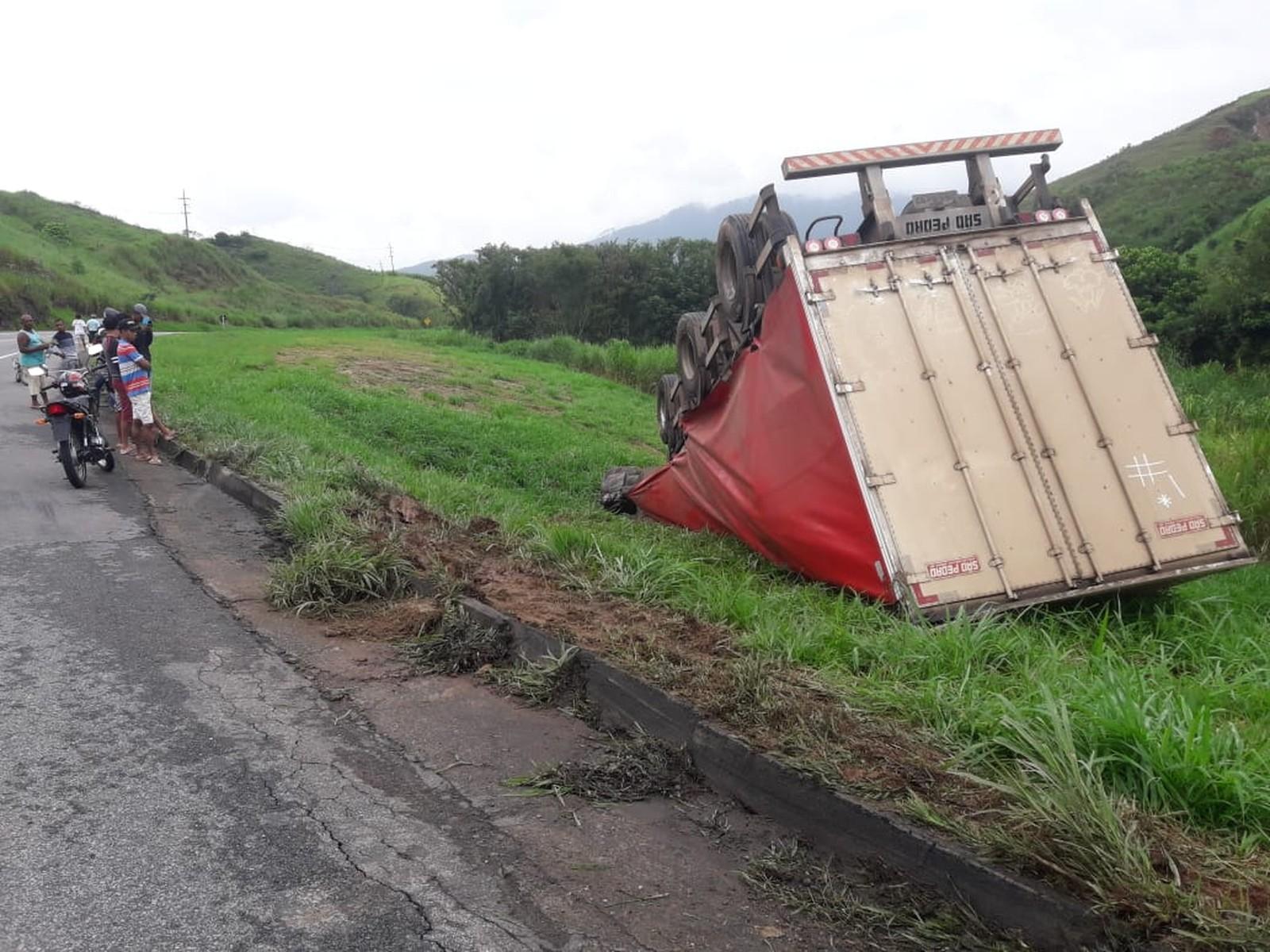 Caminhão carregado de cerveja tomba e fere motorista na BR-393