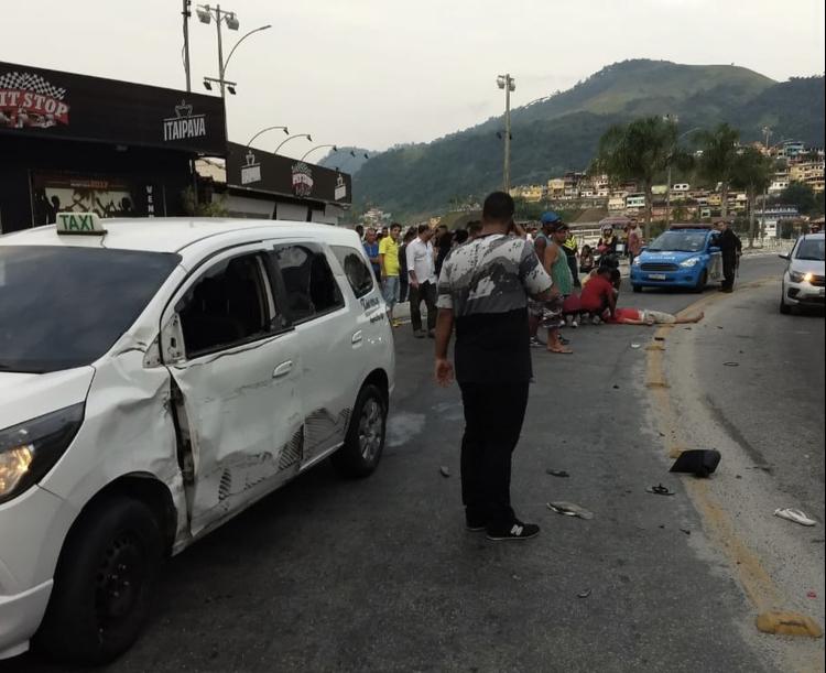 Duas pessoas ficam feridas em acidente no Centro de Angra