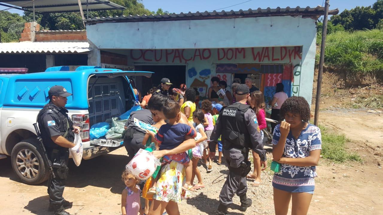PMs doam brinquedos em comunidade carente de Volta Redonda