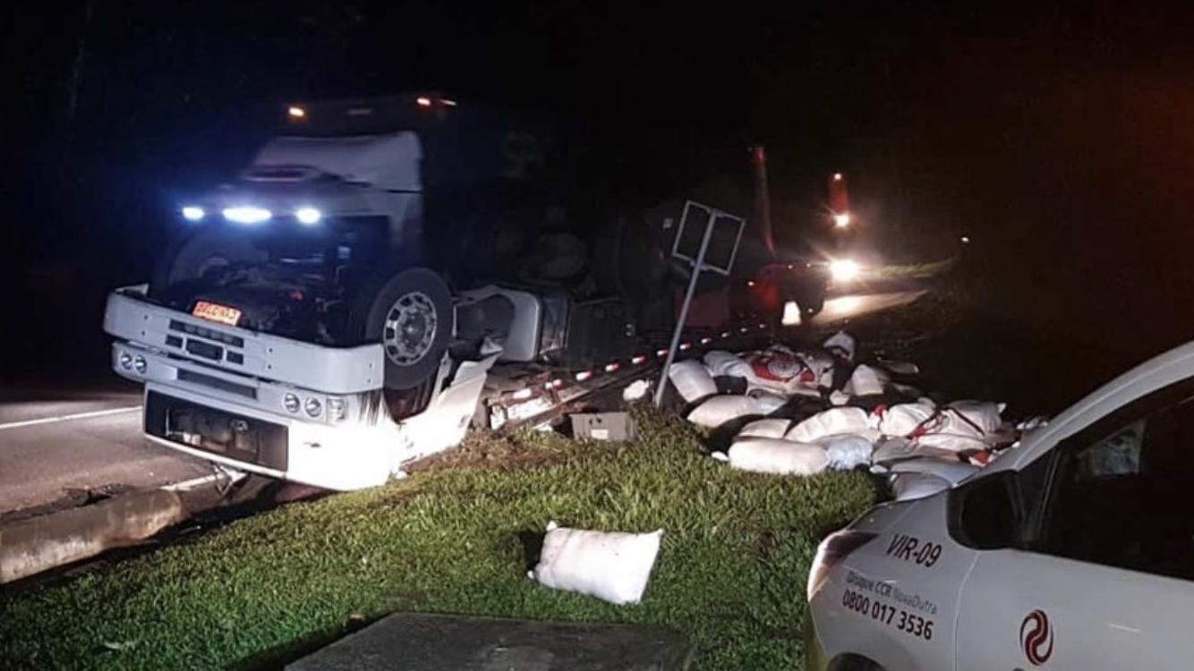 Caminhão tomba e fica com as rodas para cima na Serra das Araras, em Piraí