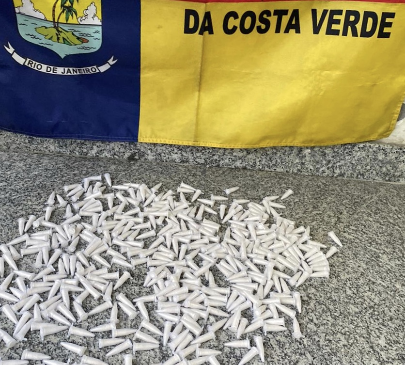 PM apreende mais de 400 pinos de cocaína em Angra