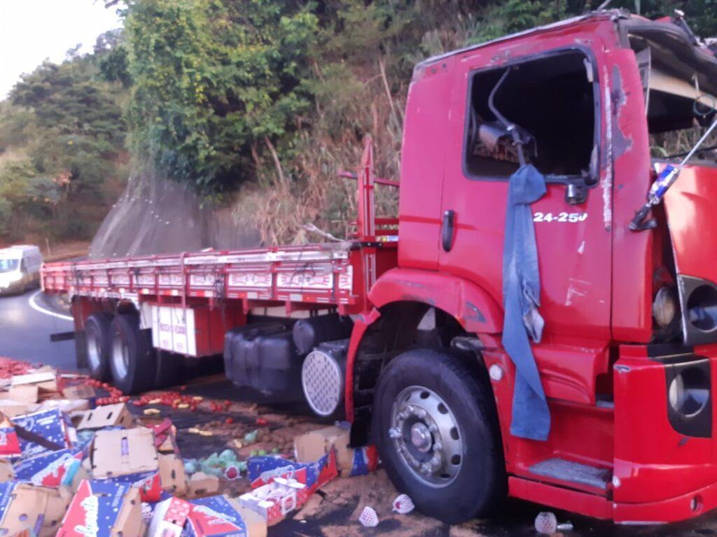 Motorista de caminhão fica ferido em acidente na Serra das Araras
