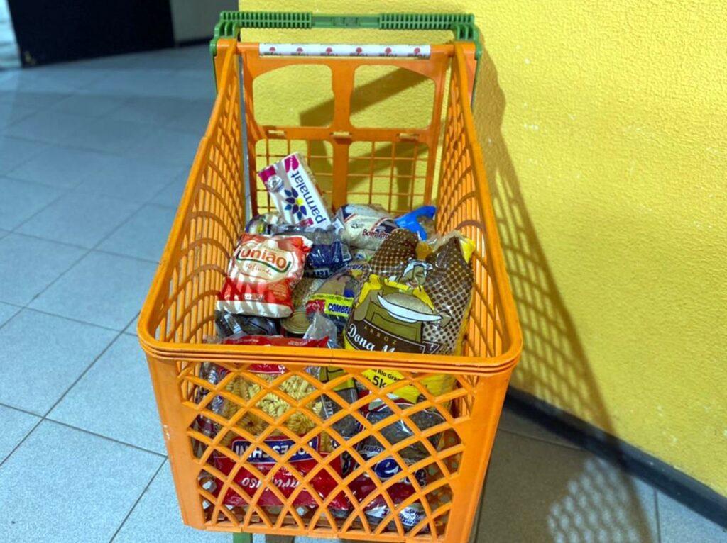 """Covid-19: Campanha """"Carrinho Solidário"""" arrecada alimentos na vacinação"""