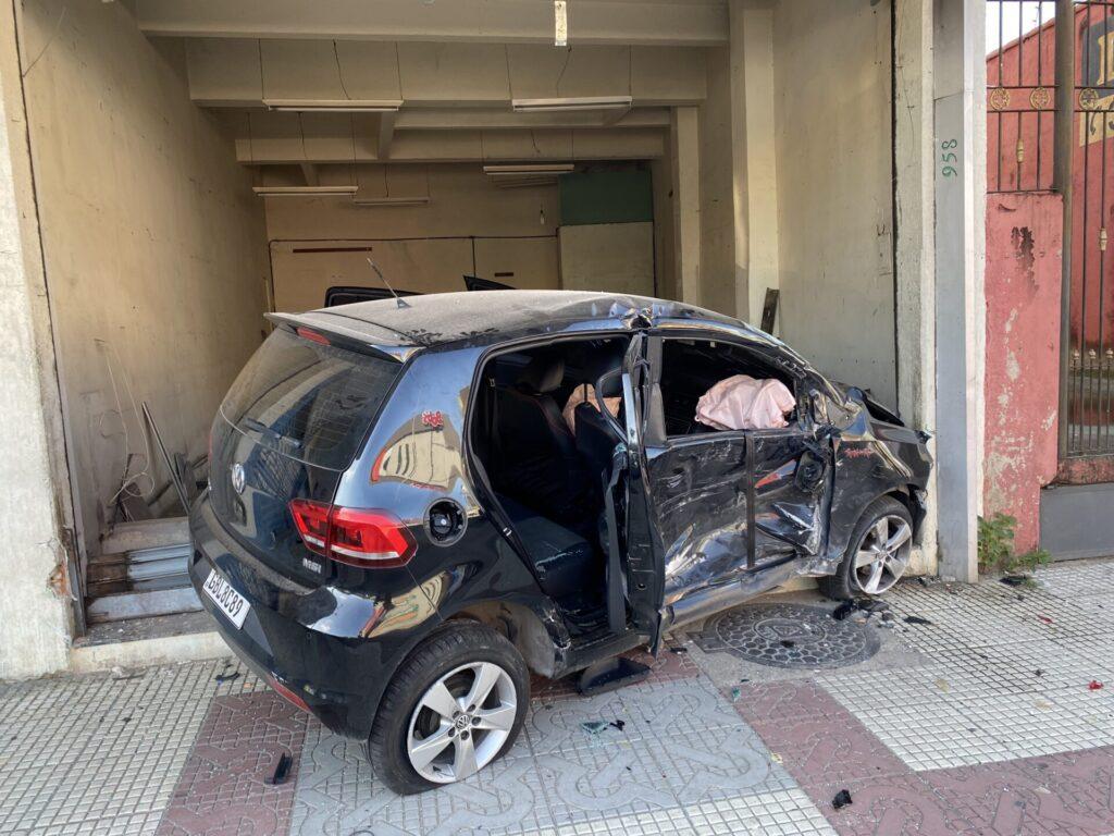 Carro desgovernado invade loja e deixa feridos em Volta Redonda