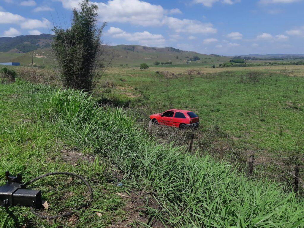 Embriagado, motorista sai com carro da Dutra e para em matagal
